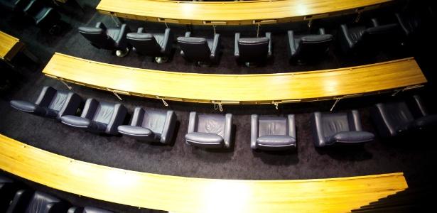 Foto mostra as cadeiras usadas por vereadores na Câmara Municipal de São Paulo