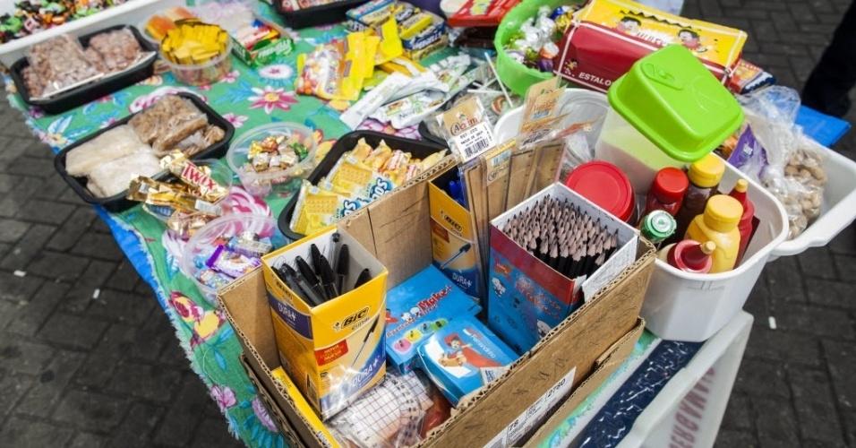 6.nov.2016 - Ambulantes vendem quase de tudo para os candidatos do Enem em frente à Uninove, na zona oeste de São Paulo, neste domingo (6). Tem canetas, lápis, réguas, chocolates, baras de cereais, salgadinhos e lanches