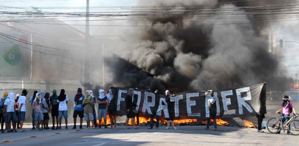 Estudantes queimam pneus e bloqueiam trânsito no Recife em protesto contra PEC - Marlon Costa/Futura Press/Estadão Conteúdo