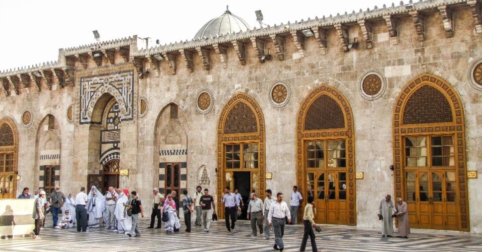 Pessoas deixam a Mesquita Umayyad após as preces