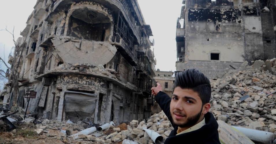17.dez.2016 - Homem aponta para os destroços do prédio onde morava, em Aleppo, na Síria. A segunda maior cidade do país tem sido um dos principais campos de batalha entre rebeldes e mílicias pró-governo do presidente do país, Bashar al-Assad. Civis tiveram acesso permitido a certas áreas da cidade que foram retomadas pelo governo. Ainda restam 40.000 civis e entre 1.500 e 5.000 combatentes no último reduto rebelde em Aleppo