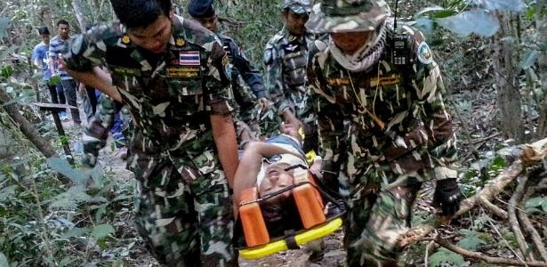 Autoridades tailandesas transportam a francesa Muriel Benetulier, atacada por um crocodilo enquanto fazia um selfie no parque nacional Khao Yai