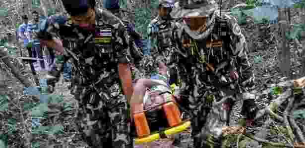 Autoridades tailandesas transportam a francesa Muriel Benetulier, atacada por um crocodilo enquanto fazia um selfie no parque nacional Khao Yai - AFP