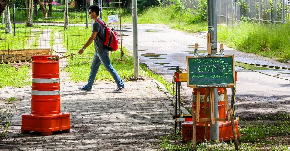 Após se ver isolada por grades, a lanchonete da ECA (Escola de Comunicações e Artes) colocou avisos para informar que está funcionando normalmente