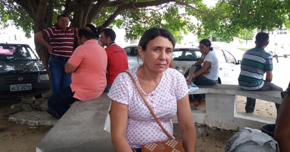 Maria Betânia Costa, 47, mora em Patos e viaja a João Pessoa para mostrar aos médicos exames do irmão que, recentemente, sofreu uma cirurgia para retirar um tumor da cabeça