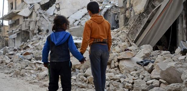 7.mar.2017 - Crianças sírias observam casas em ruínas na cidade de al-Bab