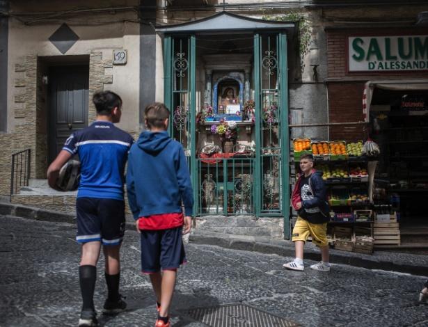 Crianças no bairro de Sanità, em Nápoles (Itália)