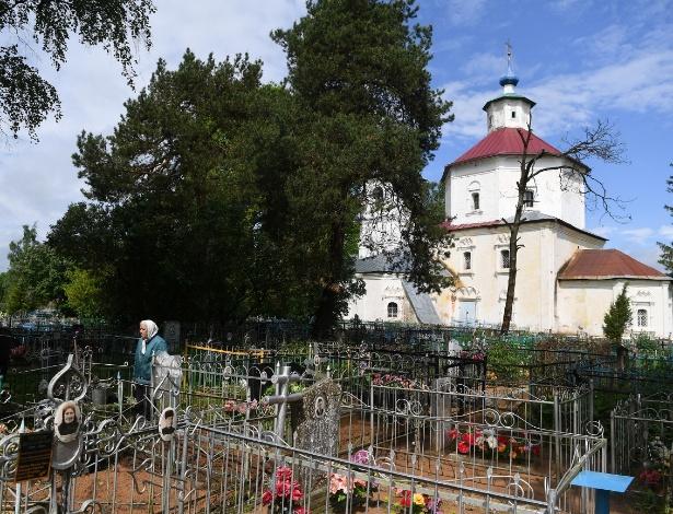 Antonina Lebedeva, 73, cuida dos túmulos de seus parentes na igreja da Intercessão em Baruta, na Rússia