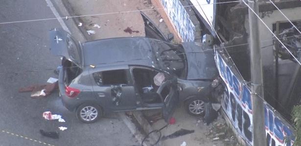 Carro é atingido com dezenas de tiros e 4 morrem no Rio