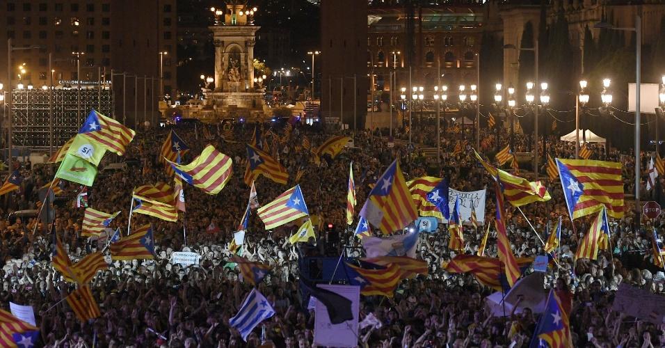29.set.2017 - Manifestantes pró-independência exibem a bandeira estrelada, símbolo do separatismo catalão, em ato pró-referendo em Barcelona