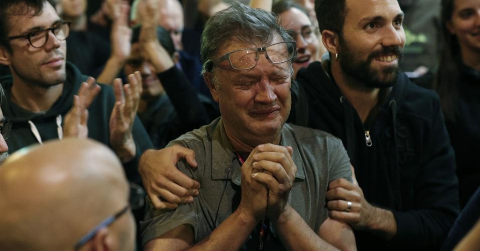1º.out.2017 - Membro da Assembleia Nacional Catalã (ANC) chora ao fim do referendo em um posto de votação em Barcelona, após um dia de forte repressão policial e confrontos entre forças de segurança e manifestantes separatistas
