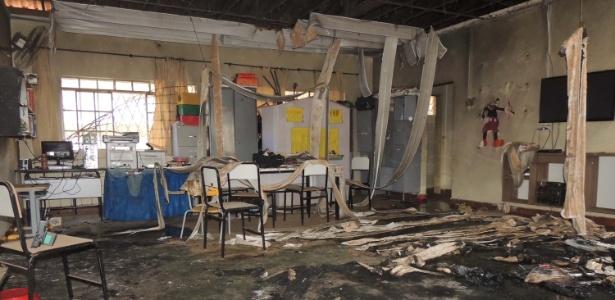 6.out.2017 - Marcas do incêndio podem ser vistos no Centro Municipal de Educação Infantil Gente Inocente, em Janaúba