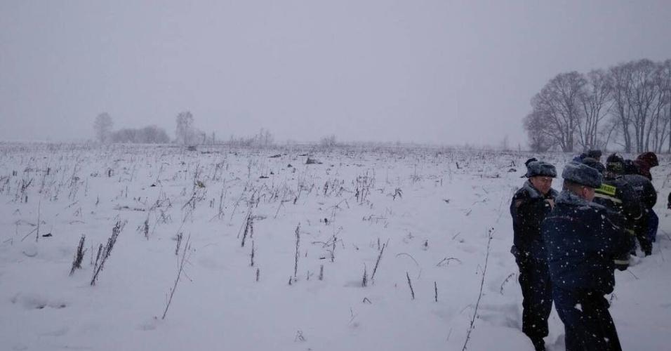 11.fev.2018 - A região onde o avião caiu tem sido atingida por nevascas nos últimos dias. De acordo com a agência de notícias Ruptly, os bombeiros só conseguem chegar ao local da queda a pé por causa das condições climáticas