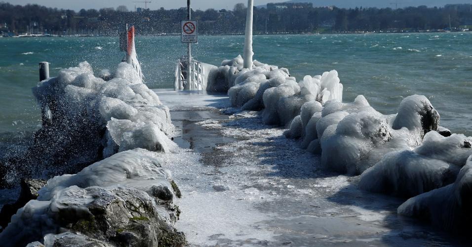 26.fev.2018 - Um píer congelado durante um dia de inverno perto do Lago Leman em Genebra, na Suíça