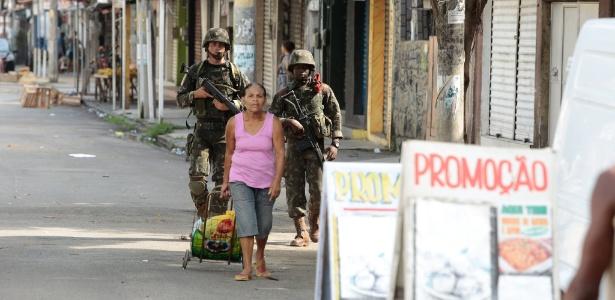 3.mar.2018 - Militares realizam uma operação na Vila Kennedy desde o começo da manhã - Brenno Carvalho/Agência O Globo
