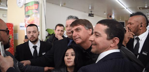 O deputado Jair Bolsonaro é recebido por apoiadores em Hamamatsu, no Japão