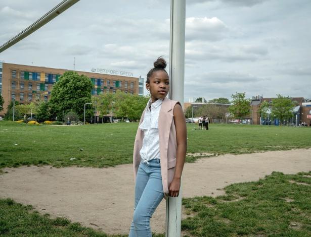 Tshego Lengolo, 11 anos, posa para fotos em parque no sudeste de Londres