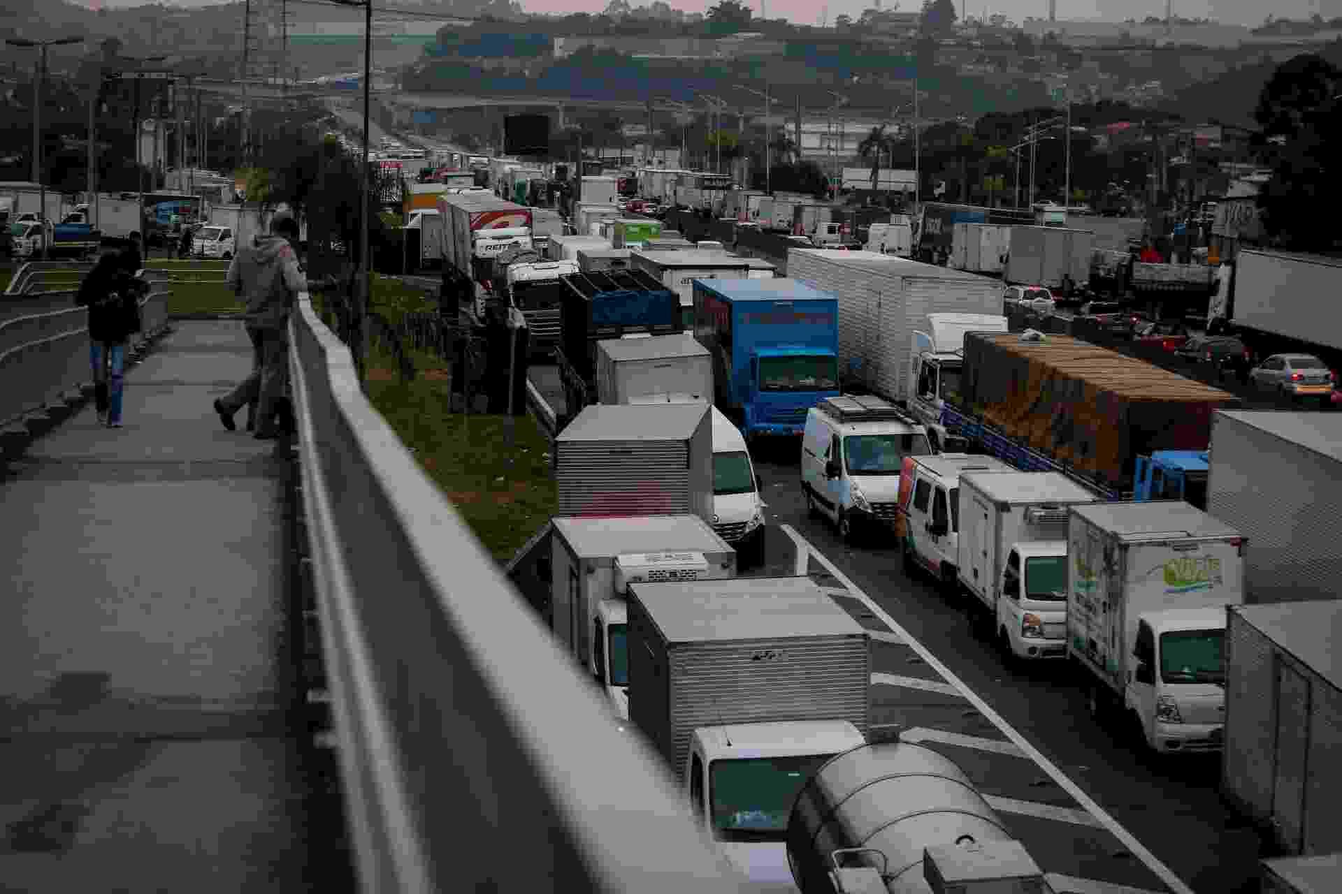 25.05.2018 - Caminhoneiros protestam e bloqueiam a rodovia Régis Bittencourt, na altura do quilômetro 280, próximo de Embu das Artes, em São Paulo - Felipe Rau/Estadão Conteúdo
