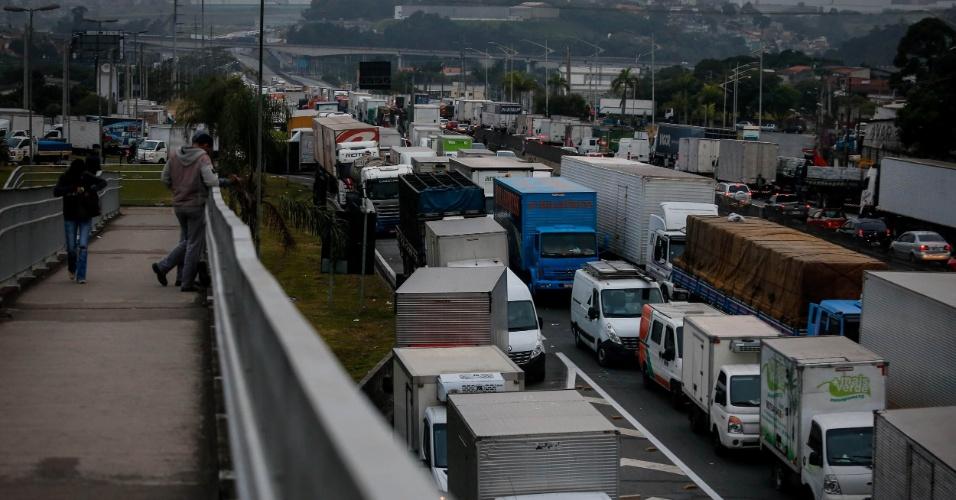 25.05.2018 - Caminhoneiros protestam e bloqueiam a rodovia Régis Bittencourt, na altura do quilômetro 280, próximo de Embu das Artes, em São Paulo