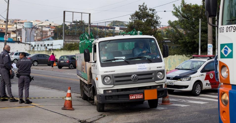 Caminhão carregado com cilindros de oxigênio abastece posto de saúde na zona leste de São Paulo, nesta terça feira (29)