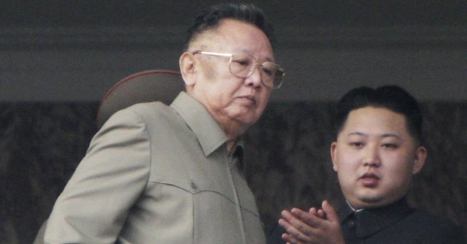 Em foto de outubro de 2010, Kim Jong-un aparece ao lado de seu pai, Kim Jong-il, então líder da Coreia do Norte, para assistir ao desfile militar em celebração dos 65 anos desde a fundação do Partido dos Trabalhadores em Pyongyang