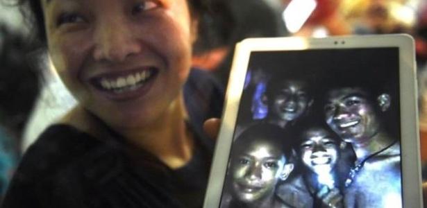 Família aguardavam notícias acampadas do lado de fora de caverna na Tailândia - Getty Images