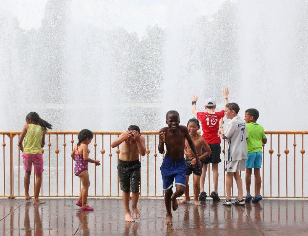 Contra o calor, crianças se refrescam em fonte do parque Battersea, em Londres