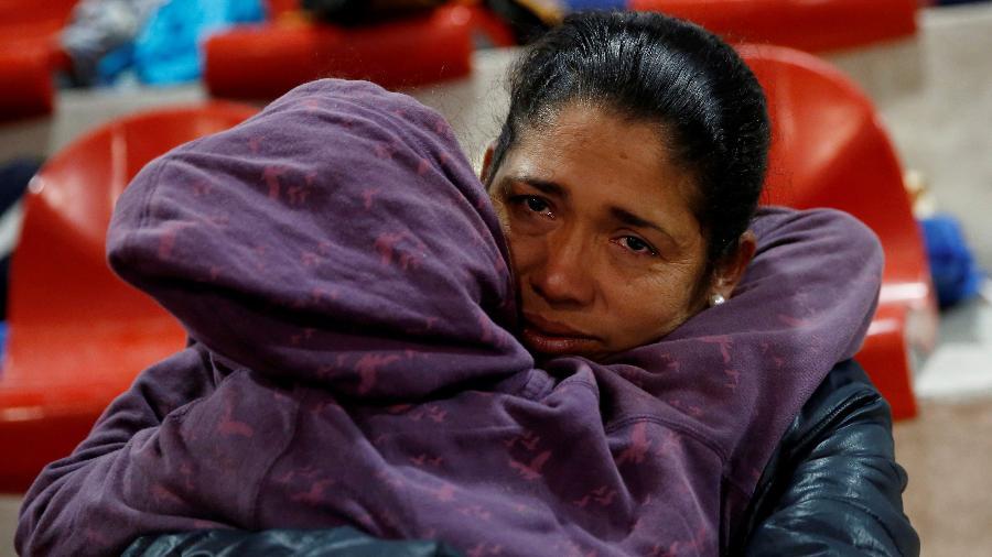 22.nov.2018 - Hondurenha que integra a caravana de migrantes da América Central rumo aos EUA abraça a filha em abrigo temporário em Tijuana, no México - Kim Kyung-Hoon/Reuters