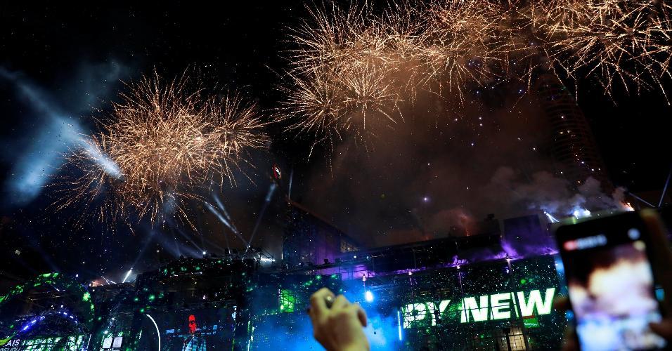 31.dez.2018 - Em Bangcoc, na Tailândia, a queima de fogos levou milhares de pessoas às ruas para comemorar o Ano-Novo
