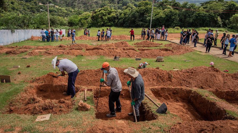 28.01.2019 - Covas são preparadas para a realização de sepultamentos no cemitério Parque das Rosas, em Brumadinho (MG) - Eduardo Anizelli/Folhapress