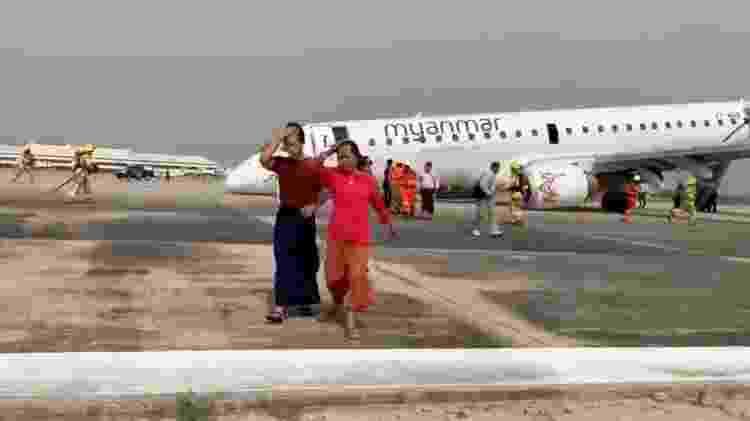 Passageiros deixam o avião após pouso sem o trem de pouso dianteiro - Reprodução/Reuters