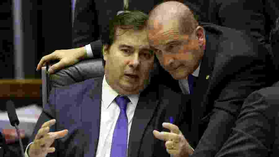 10.jul.2019 - O presidente da Câmara, Rodrigo Maia (DEM-RJ), conversa com o ministro da Casa Civil, Onyx Lorenzoni, durante sessão para votar a reforma da Previdência - Pedro Ladeira/Folhapress