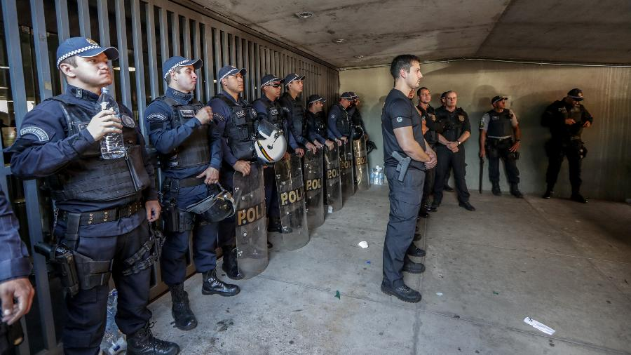 10.jul.2019 - Policiais fazem cordão de isolamento após manifestantes iniciarem um protesto na entrada do anexo dois da Câmara - Gabriela Biló/Estadão Conteúdo