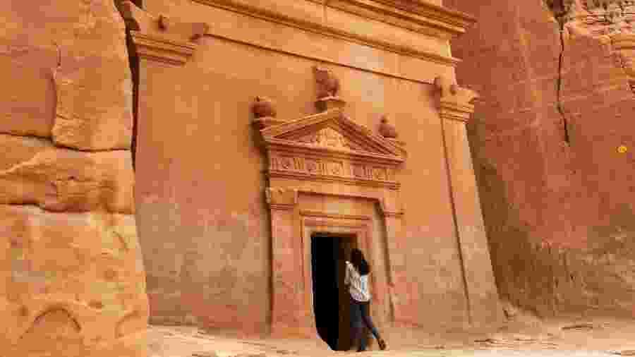 31.mar.2018 - Jornalista fotografa uma tumba em Madain Saleh, sítio arqueológico considerado patrimônio da humanidade pela Unesco - Fayez Nureldine/AFP