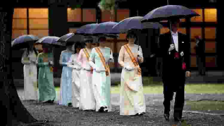 Príncipe Akishino, irmão de Naruhito, e princesa Kiko chegam à cerimônia nesta terça-feira - AFP
