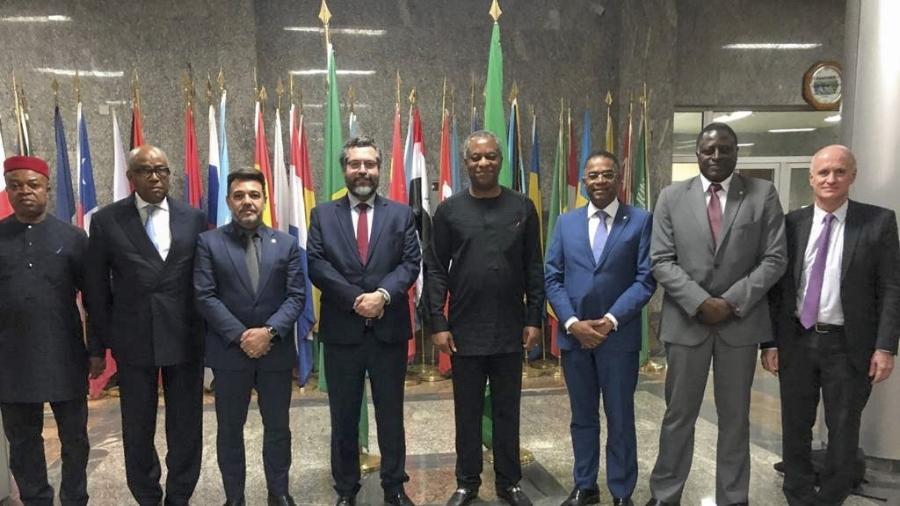 Os deputados federais e pastores evangélicos Marco Feliciano (3º da esq. à dir.) e Márcio Marinho (6º) acompanham o chanceler Ernesto Araújo em giro recente pela África - MRE