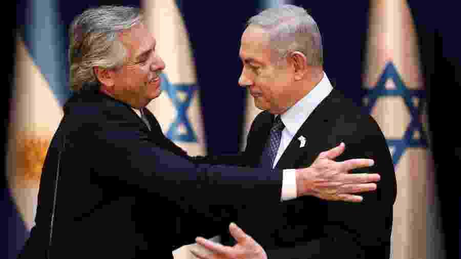 24.jan.2020 - Presidente da Argentina, Alberto Fernandez (à esq.), cumprimenta o premiê de Israel, Benjamin Netanyahu, durante encontro em Jerusalém - Oded Balilty/Reuters