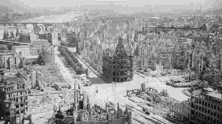 Grande parte de Dresden foi destruída na operação envolvendo britânicos e americanos - Getty Images