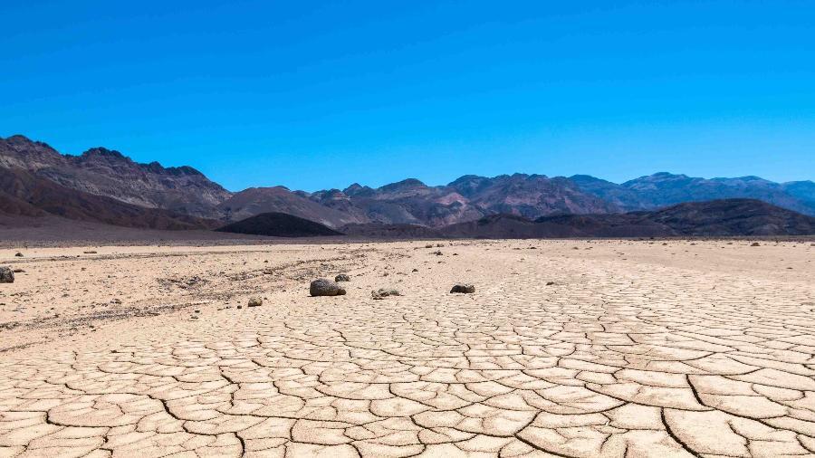 Paisagem no Vale da Morte, na Califórnia; terra seca pelo sol forte e intenso calor - Getty Images