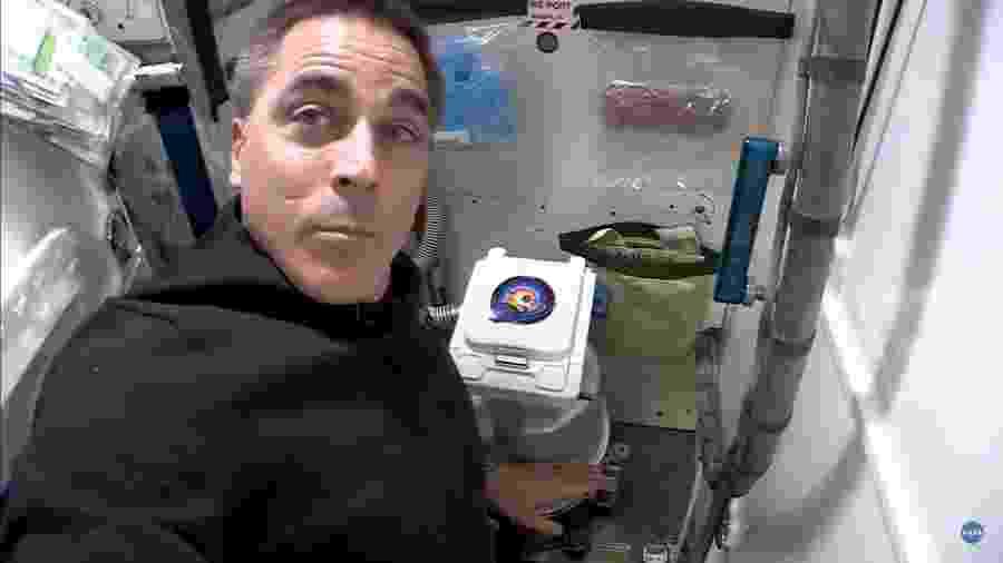 Astronauta Chris Cassidy fez um tour pelo banheiro na ISS - Reprodução/Nasa