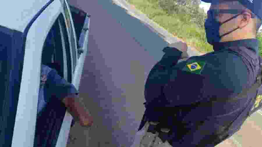 Motorista sem mão é flagrado dirigindo carro não adaptado para Portadores de Necessidades Especiais e é multado pela Polícia Rodoviária Federal - Divulgação/PRF