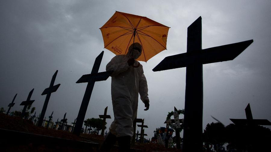 Cemitério Nossa Senhora Aparecida em Manaus. Local é um dos símbolos do que a incompetência, a incúria e a má-fé fizeram aos brasileiros - Michel Dantas - 25.fev.21/AFP)