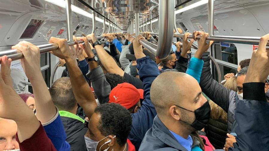 Passageira registra lotação em trem da linha Coral da CPTM - Reprodução/Twitter/@anetethe