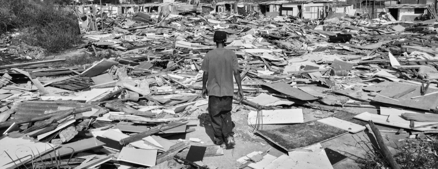 Morador caminha sobre restos de casas destruídas em reintegração de posse na zona norte de SP - Tommaso Protti/UOL