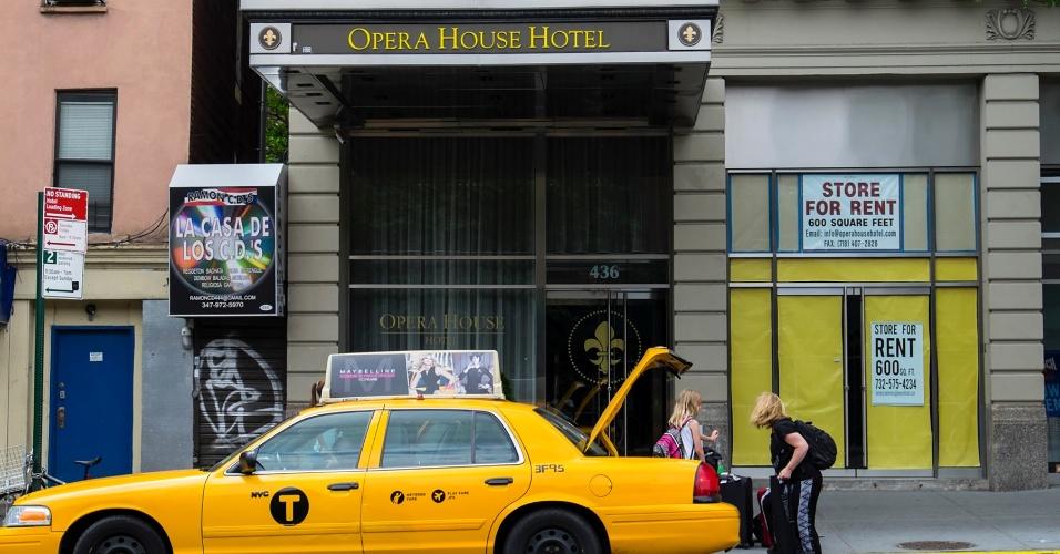Entrada do Opera House Hotel, no sul do Bronx, que está no centro do pior surto da
