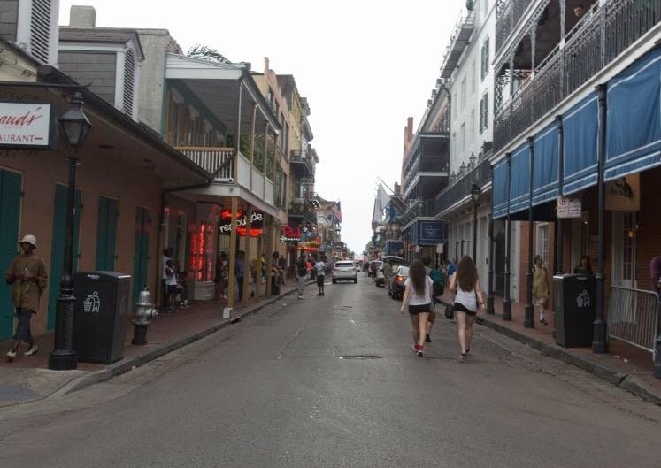 2015: Jovens caminham pela Bourbon Street, em Nova Orleans, Louisiana (EUA), dez anos após o furacão Katrina varrer edifícios, alagar quase totalmente a cidade e causar mais de 1.800 mortes