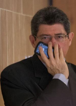 2.out.205 - Ministro da Fazenda, Joaquim Levy, fala ao celular - Ed Ferreira/Brazil Photo/Estadão Conteúdo