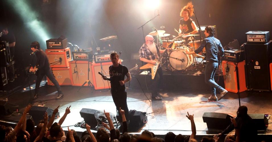 13.nov.2015 - Imagem da banda Eagles of Death Metal no palco da casa de shows Bataclan, momentos antes de quatro terroristas armados abrirem fogo no local, um dos mais atingidos pelos atentados de Paris na sexta-feira (13)