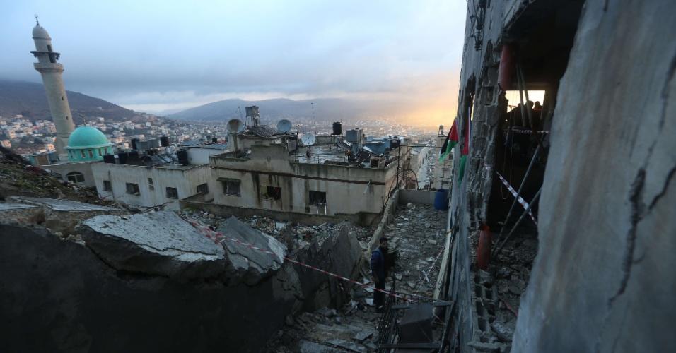 3.dez.2015 - Palestinos inspecionam os escombros da casa de Ragheb Ahmad Mohammad Alawi, acusado por Israel de planejar o assassinato de um casal de colonos em um assentamento na Cisjordânia ocupada em 1º de outubro. O exército de Israel bombardeou a casa, na cidade de Nablus (Cisjordânia) no início da manhã, como parte de ações de retaliações pelos ataques com faca cometidos por palestinos desde outubro