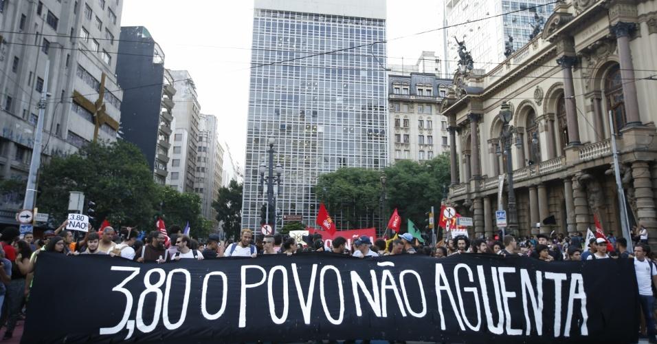 8.jan.2016 - Manifestantes seguram faixa durante protesto contra o aumento do valor da tarifa do transporte público de São Paulo, no centro de São Paulo. Neste sábado (9), tarifa passa de R$ 3,50 para R$ 3,80